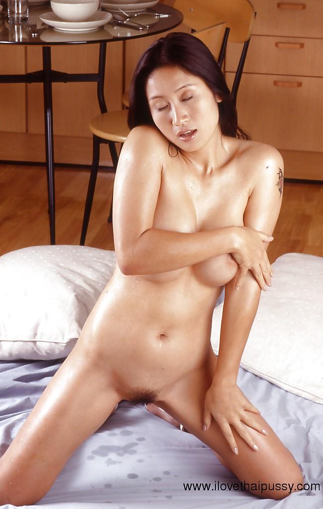 Грудастая китаянка оголяет мохнатую вагину в лежанке и на кухне секс фото