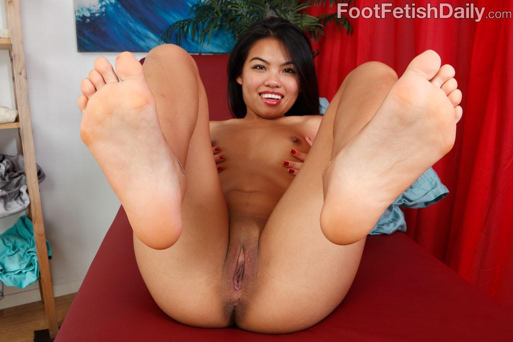 Целует ноги сексуальной азиатке в красивом белье
