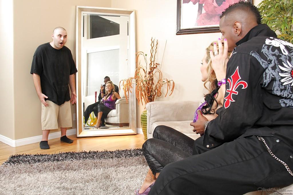 Афроамериканец жарит грудастую женщину в присутствии ее мужа