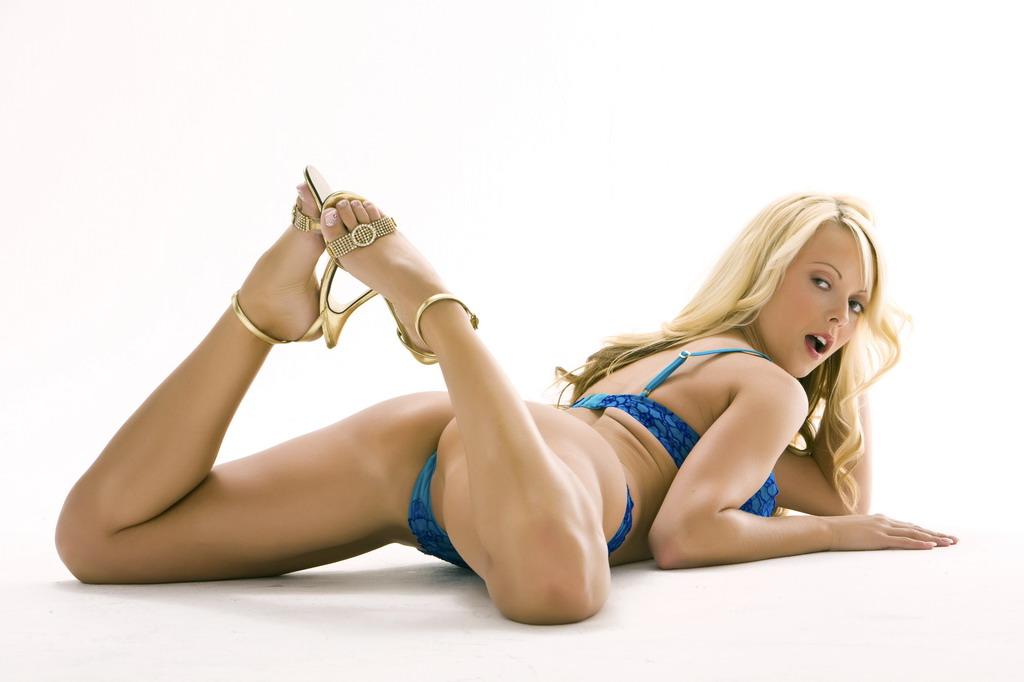 Голубое бикини возбуждающе покрывает тело милашки Jana Cova