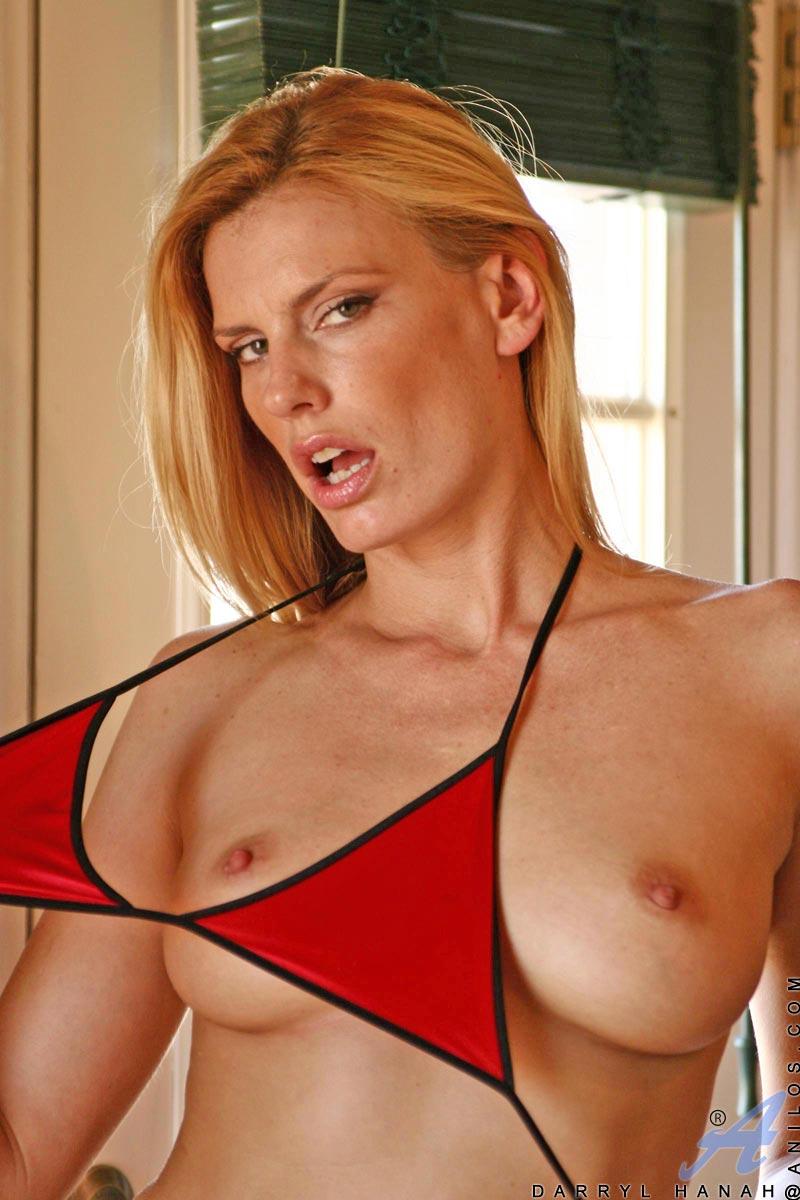 Дерзкая светлая порно звезда Darryl Hanah стаскивает красное бикини и принимается за большой прибор