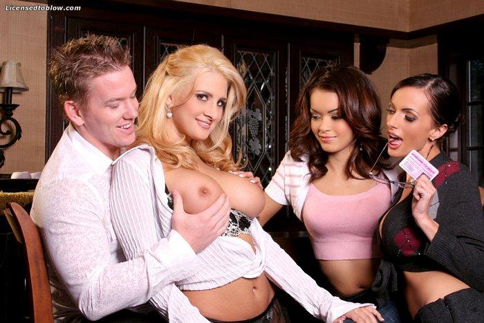 Брюнеточка Daisy Marie и светлая порноактриса Ava делят кончу на лицо после минета