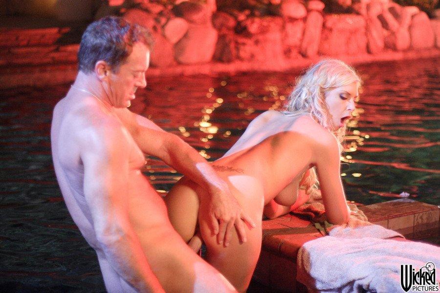 Чувственная блондиночка Brooke Banner обрабатывает писюн ротиком и пиздой