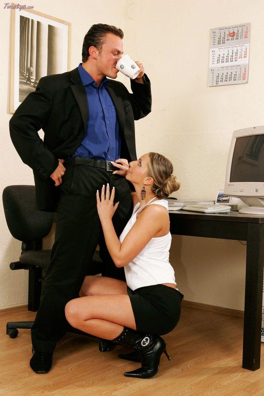 Качественная модель со свелыми волосами Francesca Felucci наслаждается оральным сексом перца у своего босса