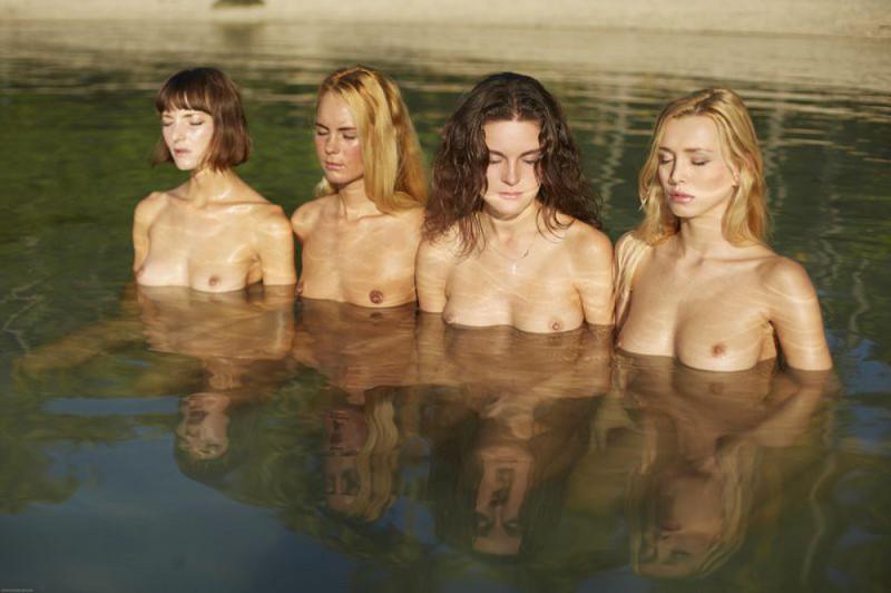 Фотограф заснял четырех нагих девах на берегу моря