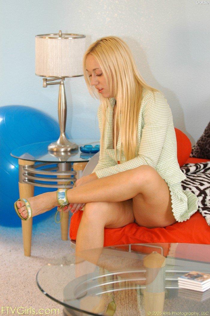 Блондинка с лысой пилоткой Goldie Cox снимает свое роскошное платье и катается на дилдо на столе
