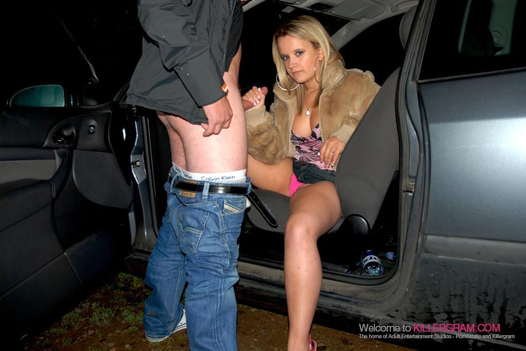 Светловолосая девушка в шубке отсосала в машине