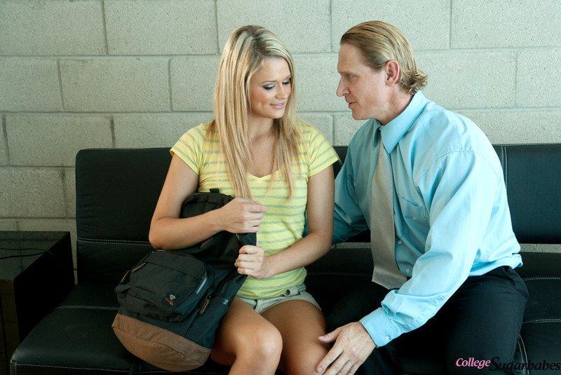 Блондинка Heather Starlet жестко трахают пизду на диване всю ночь
