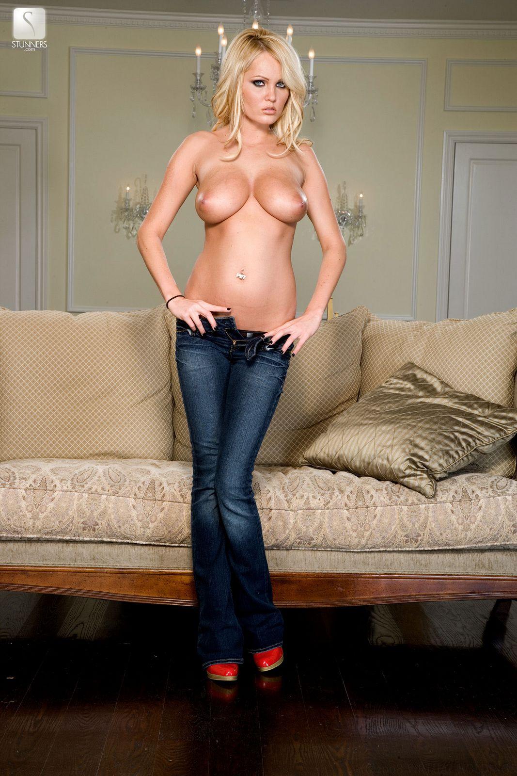 Прелестная топлесс-блондинка Hannah Hilton снимает джинсы и бикини