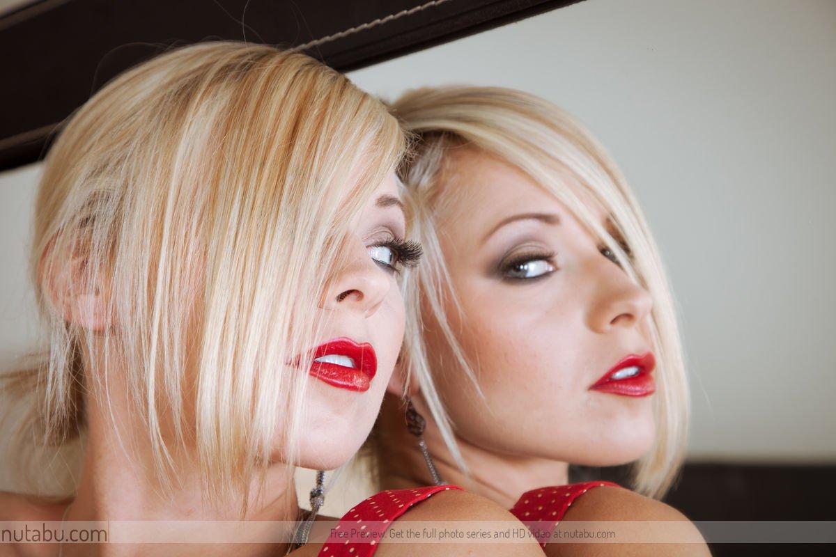 Очаровательная блондиночка в красном Lena Nicole приподнимает платье и жарит свою попу и пизду