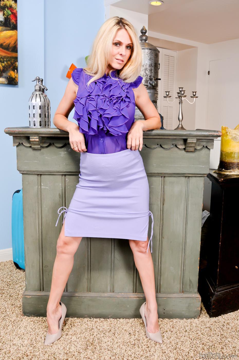 Темноволосая девка Angela Attison и модель со свелыми волосами Angela Attison собираются раздеться и продемонстрировать свои тела