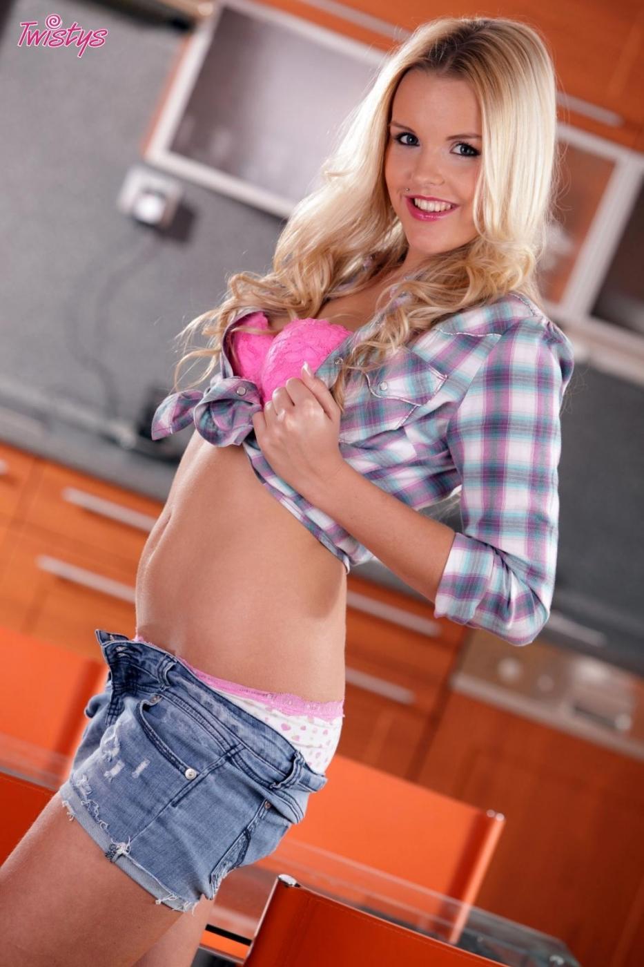 Чешка-блондинка с бритой вагиной Mia Angelo стягивает шортики и трусики