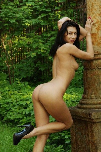 Страстная темноволосая девка фоткается без белья в сквере и ебется в вульву