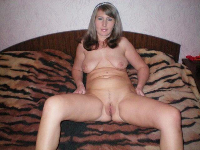 Женщины с огромной грудью демонстрируют киски в кровати