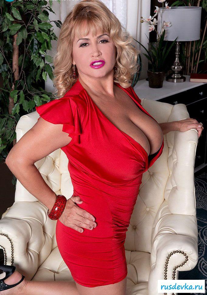 Грудастая женщина в красном эффектно снимает одежду