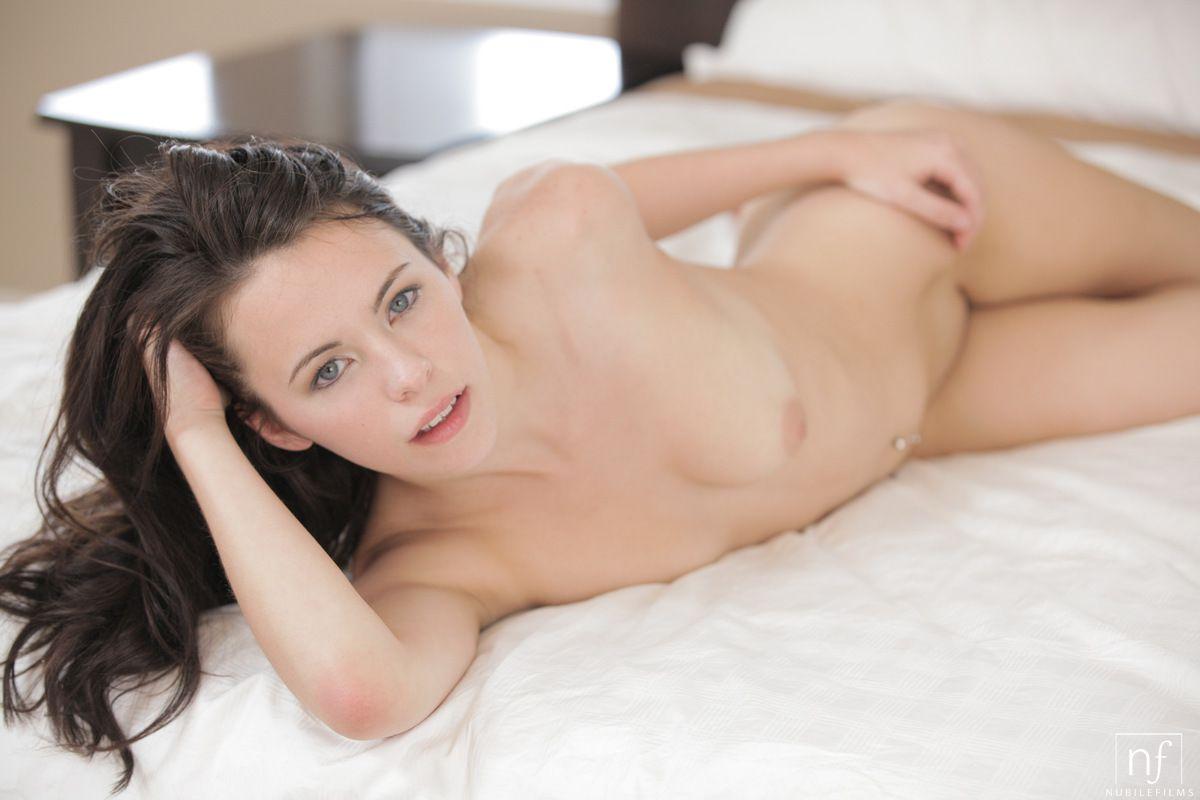 Пикантная и шикарная шатенка Veronica Radke жаждет демонстрировать свое кремовое тело