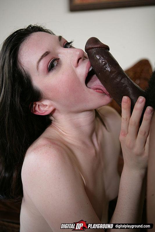 Возбужденная брюнетка Stoya принимает черную дубинку внутрь