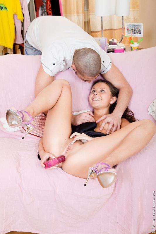 Дикая русая порноактрисса Liza Shay дает члену трахнуть ее анус, предварительно разработав его игрушкой