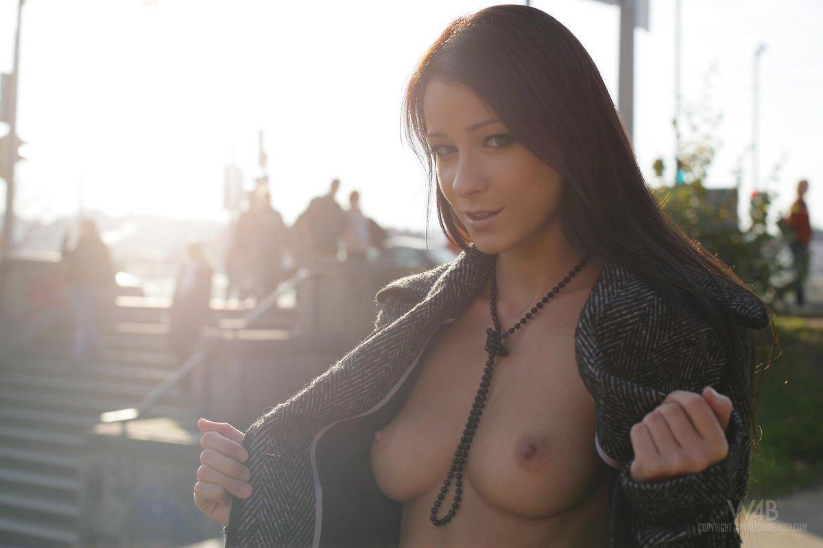 Шатенка Melissa Mendiny в юбочке и пальто показывает сексуальные дойки
