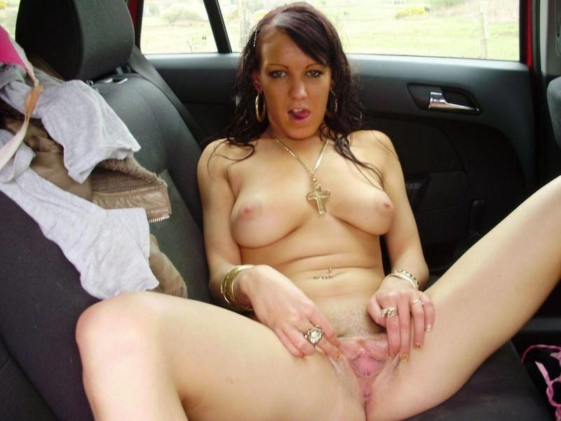Пьяная в машине раздевается до гола