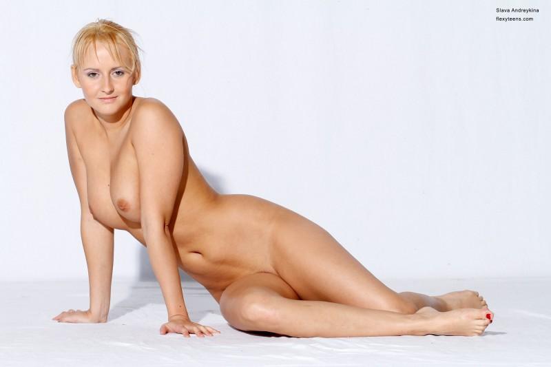 Голая русская блондинка в фотостудии