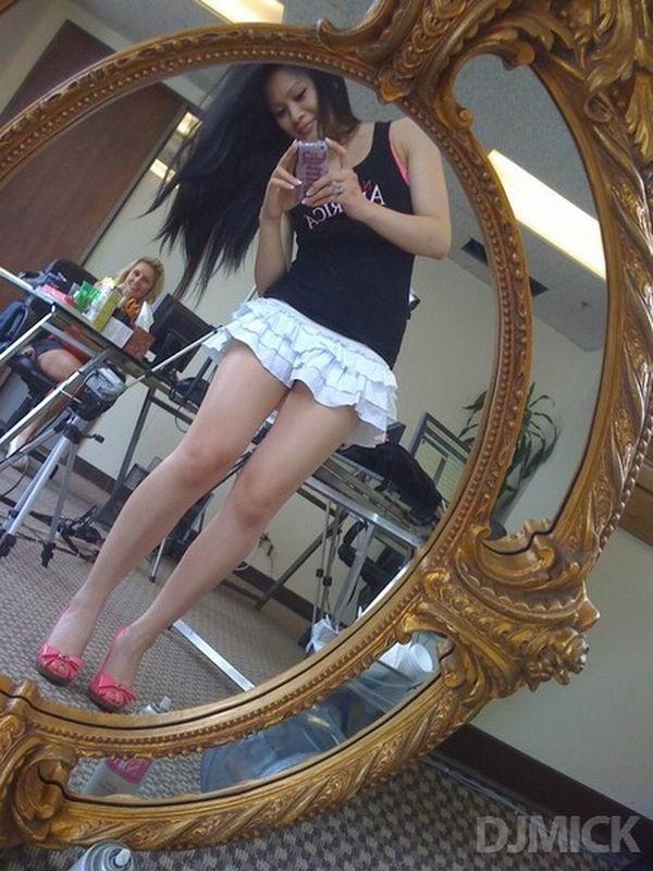 Селфи в зеркале эротичных шалав