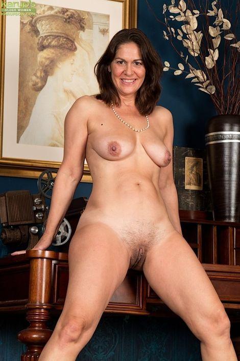 Возрастная бабеха под сорок лет с восхитительным торсом и волосатой писькой на домашнем секс фото