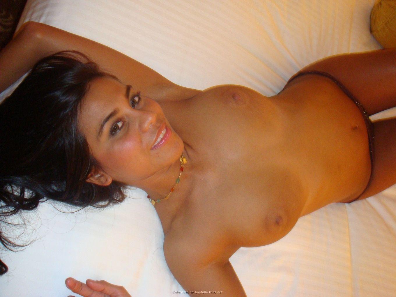 Голая итальянка на светлой кровати