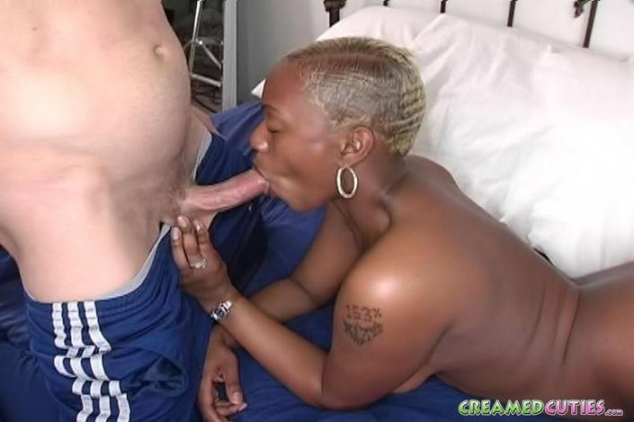 Возбужденная лысая африканка с большим бюстом эротично лижет хер