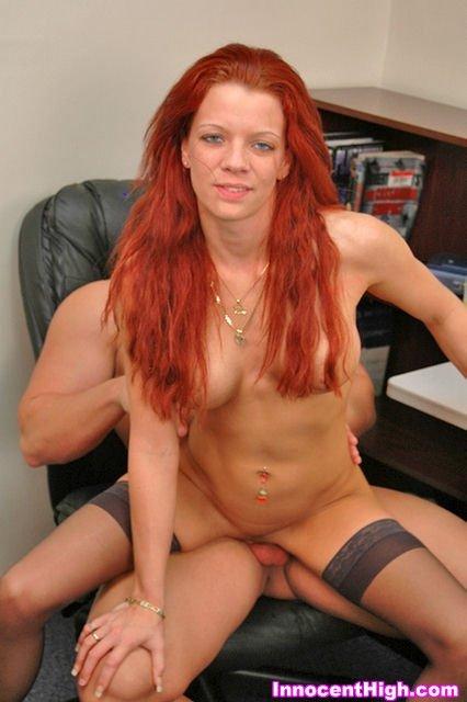 Поерзал хером между доек рыжей девки и выеб на рабочем столе в кабинете