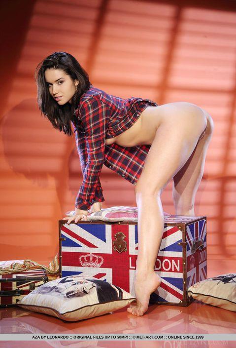 Британская темненькая девушка сидит голая с расставлеными широко ногами и демонстрирует аппетитную вагину