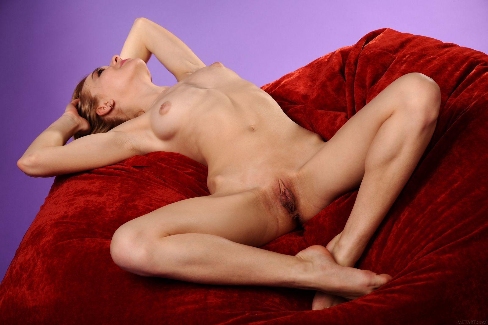 Нагая Келси на красном кресле