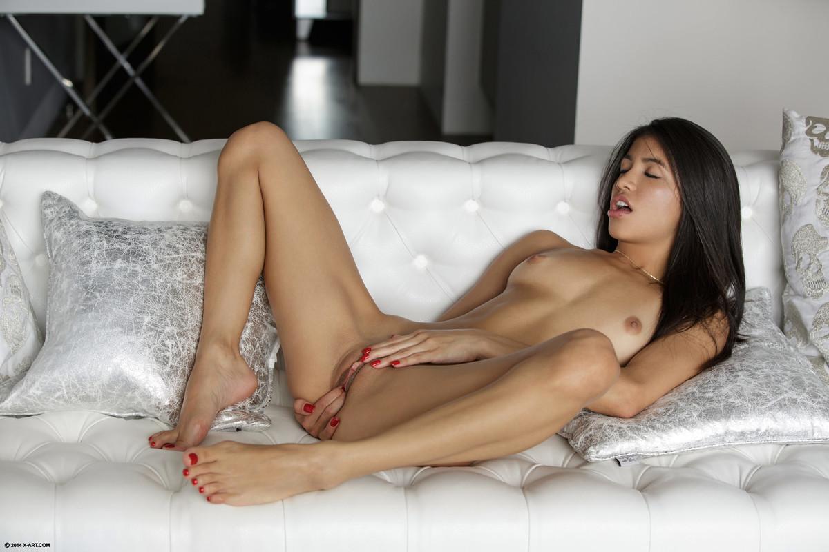 Обнаженная латинская красоточка лежит на кровати
