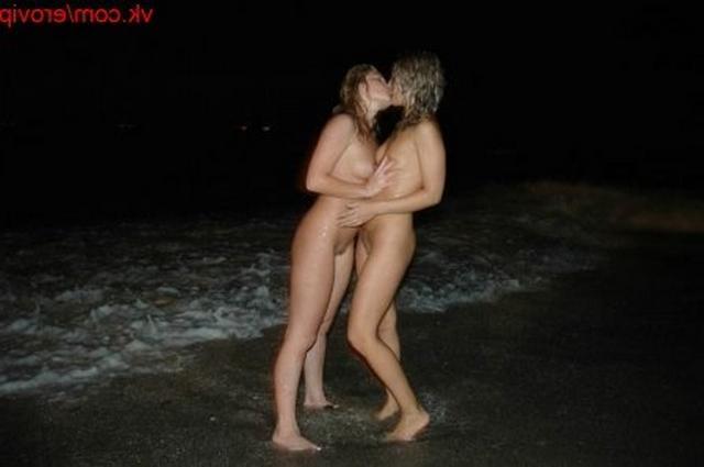 Белокурые лесби у моря ночью решили пошалить