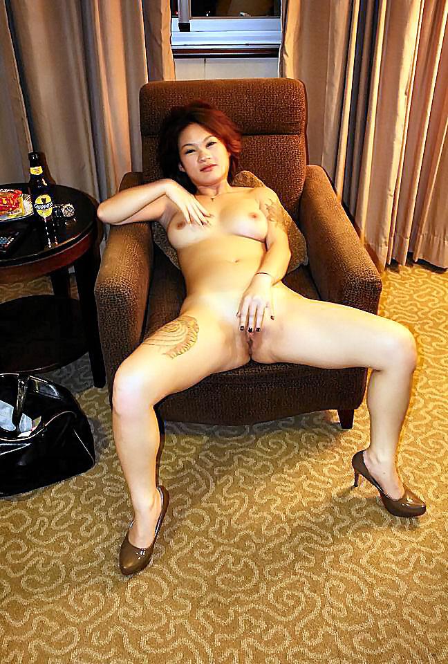 Азиатская красотка выставляет на всеобщее обозрение сиськи и дырку между ножками