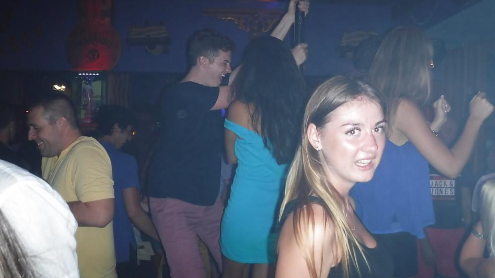 На вечеринке под платьем у азиатки раздетая писька