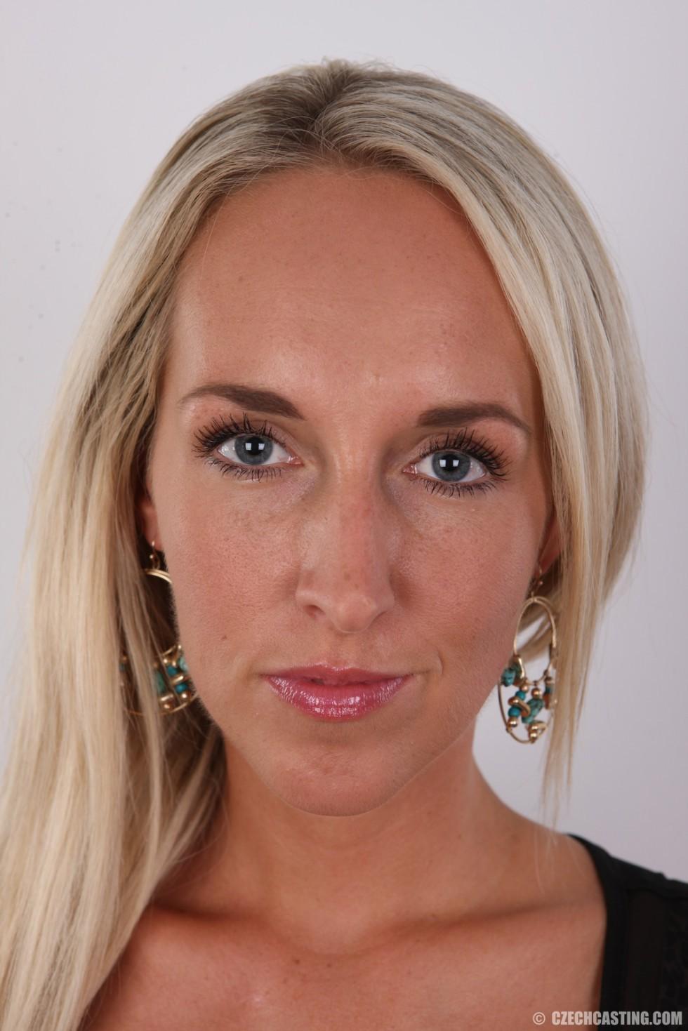 В чешском кастинге восхитительная модель со свелыми волосами не стесняется себя выставлять напоказ – ее изящное тело достойно похвалы