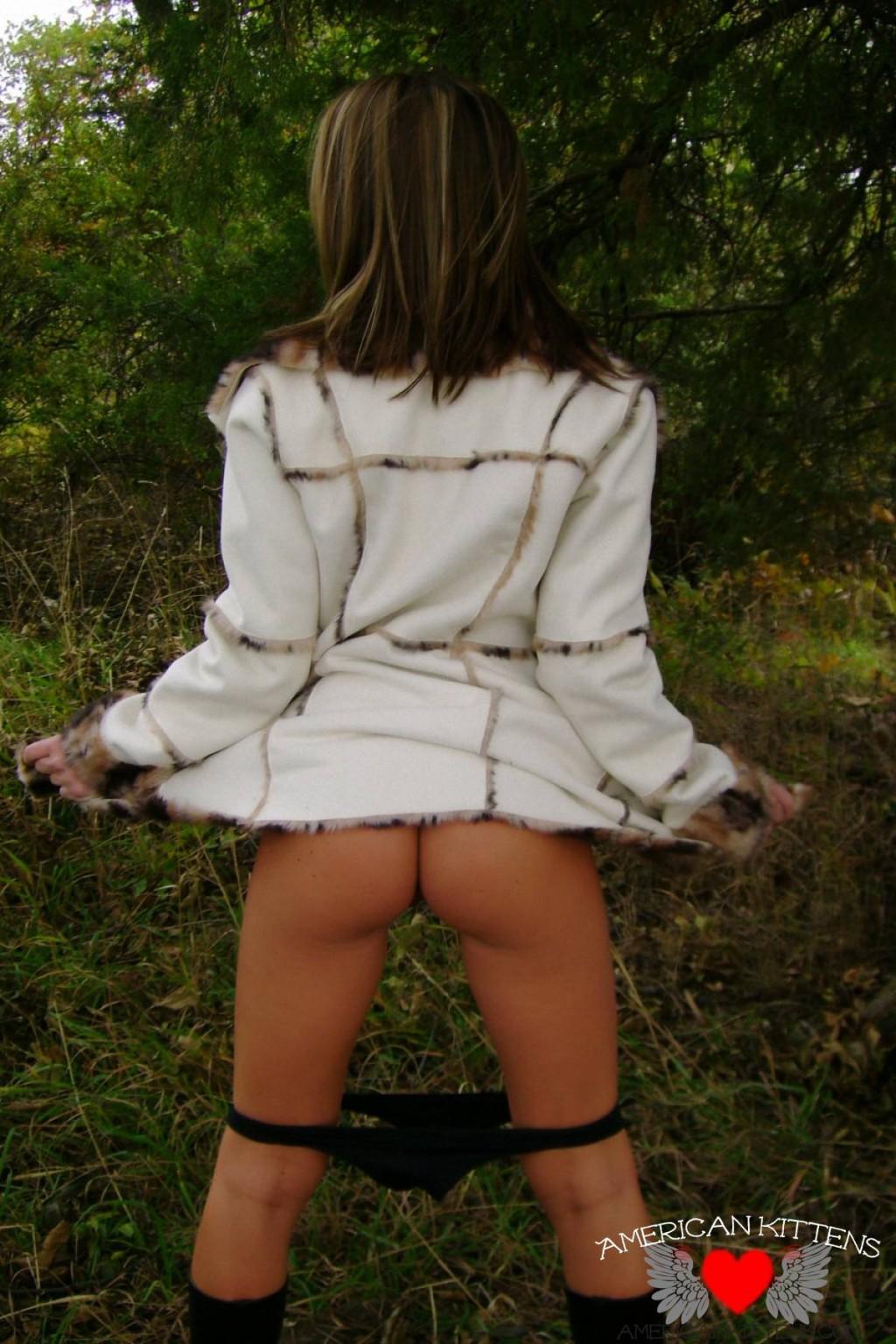 Старри Найт в саду делает селфи для юнца, она не думает, что ее еще кто-то увидит в таком эротичном виде