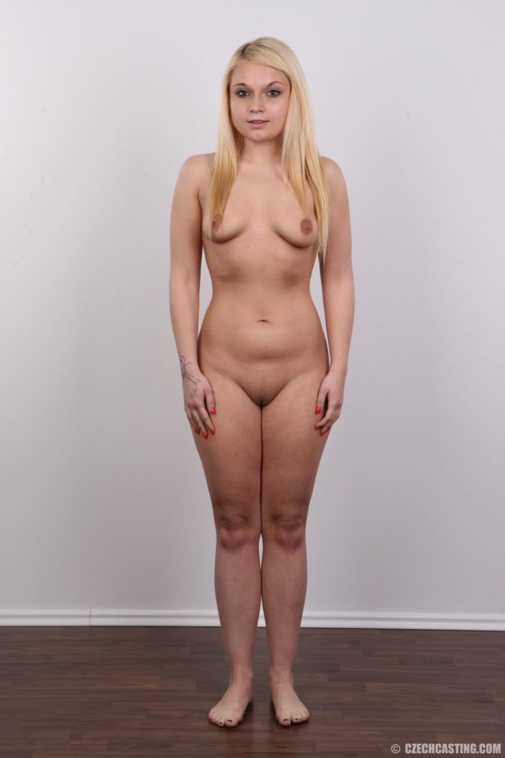 Роскошная голая светловолосая девушка выставляет напоказ ухоженную писю на камеру