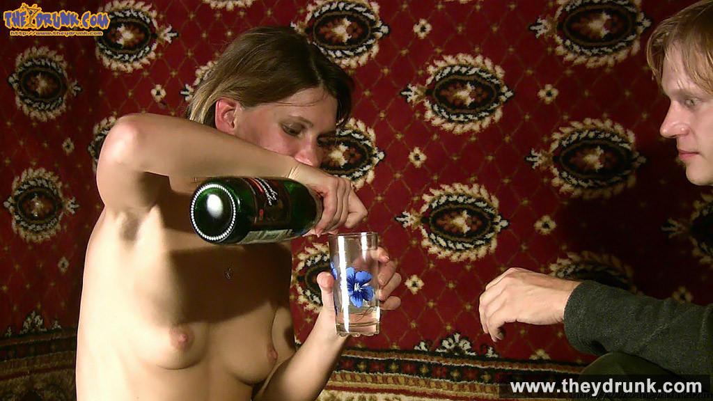 Пьяная темненькая девушка согласилась на еблю