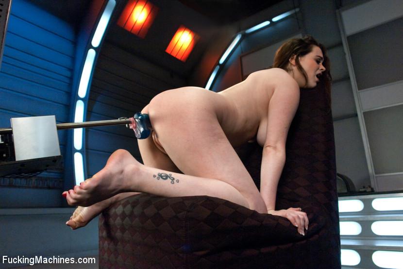 Супермодель с интимной стрижкой между ножек ебет электрическая секс машина