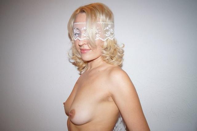 Светловолосая бестия отмечает очередной медовый месяц секс-фото