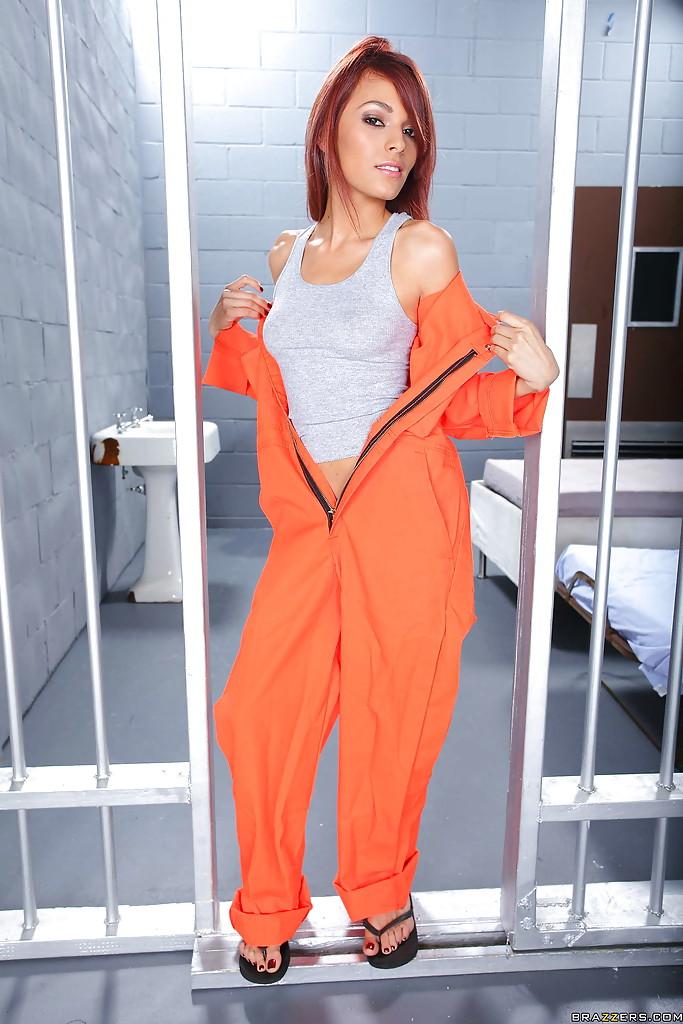 Valerie Rios стащила тюремную робу и продемонстрировала стриптиз в камере