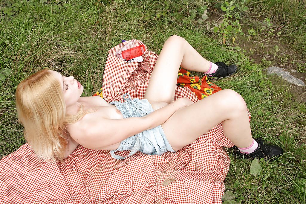Соблазнительная деваха мастурбирует в саду