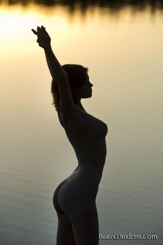 Красивые изображения раздетой девки на закате солнца у водоема