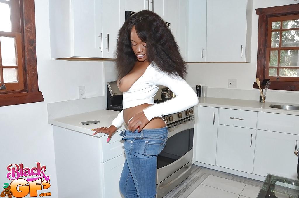 Негритянская крошка спускает джинсы и показывает прелести