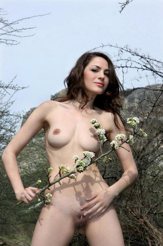 Гламурная леди бесстыдно блистает формы в лесу