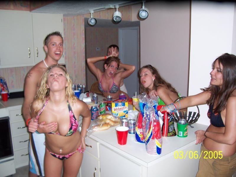 Пьяные американские студентки занимаются сексом на шпили-вили вечеринке