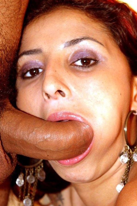 Унитазная шалунья глотает сперму
