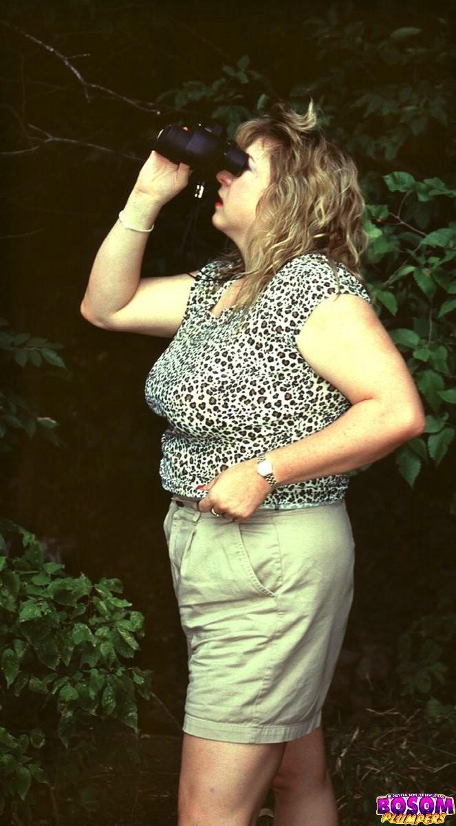 Полненькая мамочка оголилась в лесу